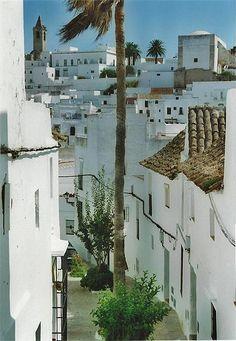 Empinadas calles en Vejer de la Frontera (Cádiz)  www.hojaderutas.com