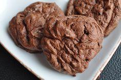 """Sandra les appelle """"biscuits soufflés pur chocolat"""" moi je leur trouve une texture meringuée bien agréable, je les ai donc baptisés autrement. pour 20 biscuits environ 160 g de chocolat 55 g de sucre 2 blancs d'oeuf 2 cuillères à soupe de noisettes concassées..."""