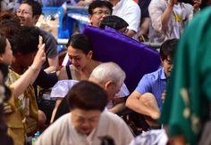 白鵬が結びの一番で敗れ、飛んできた座布団に当たる浅田真央さん=愛知県体育館(撮影・林俊志)