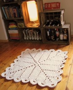 So if you can make a doily rug, why not a granny square rug too? Not Zpagetti, nor Hoopla but the same stuff without the branding - edges of fabric rolls cut off i.e textile industry leftovers. Diy Tricot Crochet, Crochet Motifs, Crochet Squares, Crochet Granny, Crochet Doilies, Crochet Yarn, Granny Squares, Rug Patterns, Crochet Blankets