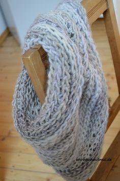 Dieser Schal ist schnell gehäkelt und dank einem Gemisch aus 53% Schurwollle und 47% Acryl weich und sehr warm. Schon beim Häkeln hat er mich super gewärmt. Da es ein Farbverlaufsgarn ist, konnte i…
