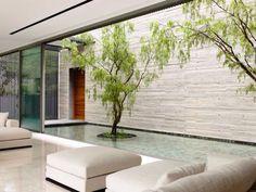 Le salon très design d'une maison à Singapour qui s'ouvre vers l'extérieur. Plus de photos sur Côté Maison http://petitlien.fr/7rj9