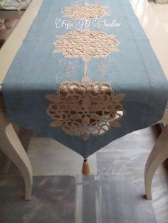 keten ve dantelin uyumu. great combination of lace and linen. Crochet Home, Irish Crochet, Crochet Motif, Crochet Doilies, Crochet Flowers, Table Runners, Doilies Crafts, Linens And Lace, Decoration Table