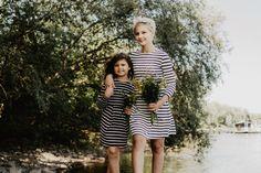 BONN // Geschwisterfotos mit Mama von LIBRE Fotografie // Mama Mori mit ihren Töchtern beim erweiterten Schwesternshooting // Familienfotos mal anders: ganz natürlich, ungestellt und mit jeder Menge Family-Spaß