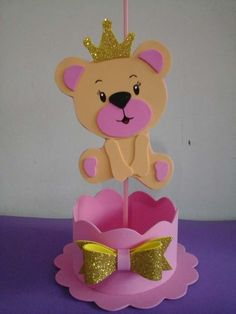 Centro de mesa ursa princesa com suporte pega balão e coroa dourada.