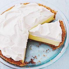 Receita do Dia : [ Torta de Limão ] ------------------------------------------ 200 g de biscoito de maisena 150 g de margarina 1 lata de leite condensado (395g) 1 caixa de creme de leite (200g) suco de 4 limões raspas de 2 limões 3 ou 4 claras de ovo 3 colheres (sopa) de açúcar raspas de 2 limões para decorar Receita COMPLETA está la no blog. LINk NA BiO. -------------------------------------------- #fblogger #bblogger #blogger #blogueira #receita #tortadelimão #limonpie #recipes by…