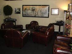 Location fauteuil club cuir chocolat pour le salon de l'automobile.Salon Rétromobile de Paris. Stand Bentley + Bugatti Paris Expo, Porte de Versailles. Février 2014. http://www.location-mobilier-paris.com/Location-de-Fauteuils-Trones-de-mariage/1750-location-de-fauteuil-club-1-place-cuir-choco.html - #decoprive