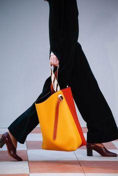 2. CELINE ヴィヴィッドカラーのビッグバッグはモダンに持ちたい。