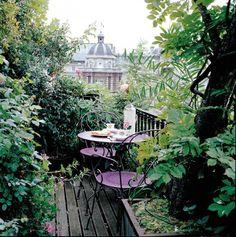 Balcón lleno de plantas