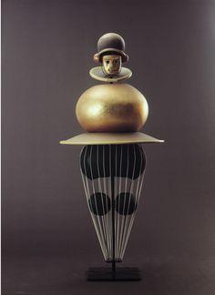 Oskar Schlemmer! In 1920 zette hij het Triadische Ballet op en liet dat onder meer opvoeren in het Bauhaus. Kenmerkend zijn de fantastische ...