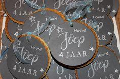 Gemaakt door Joke # traktatie stroopwafel-medailles, voor onze Joep Dinner, Drinks, Birthday, Diy, Food, Children, Dining, Drinking, Beverages