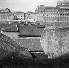 a házak teteje felett a Lovarda, a főőrségi épület és a Királyi Palota, a Gellérthegy utca felől nézve. Buda Castle, Budapest Hungary, Beautiful Buildings, Old Pictures, Historical Photos, Tao, Palace, The Past, Louvre