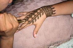 le henné est un pigment naturel aux teintes noirs ou rouges. ses tatouages
