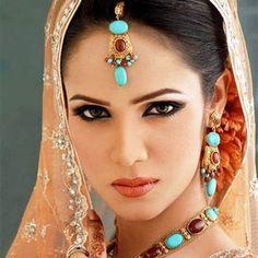 A Homemade Face Mask That Tightens The Skin Better Than Botox - Healthy Beauty Ways Vicks Vaporub, Middle Eastern Makeup, Divas, Les Rides, Homemade Face Masks, Healthy Beauty, Indian Beauty, Arabic Beauty, Plastic Surgery