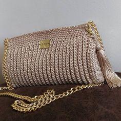 e5ad1a205 Clutch bolsa crochê bege - Anny Ateliê de Crochê - feita a mão - alça em  corrente dourada - tassel - sob encomenda - envio para todo o Brasil