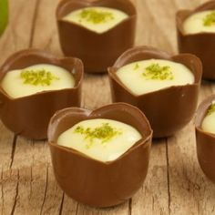 Chocolate com mousse de limão! Chocolate Sweets, Chocolate Shop, Chocolate Truffles, Small Desserts, Mini Desserts, Mini Dessert Cups, Dessert Mousse, Party Sweets, Food Videos