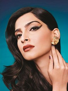 Should Sonam Kapoor sport electric blue eyes or nude pink lips at Cannes? Indian Celebrities, Bollywood Celebrities, Bollywood Actress, Bollywood Saree, Bollywood Fashion, Bollywood News, Indian Bridal Makeup, Bridal Beauty, Wedding Makeup