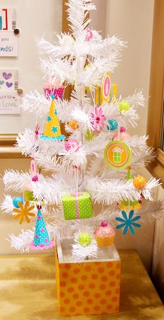 The Birthday Tree! For each month somebody has a birthday put out the birthday tree! Birthday Tree, 2nd Birthday Parties, Christmas Birthday, Christmas Themes, Birthday Party Decorations, Christmas Tree Decorations, Girl Birthday, Birthday Ideas, Birthday Wreaths