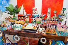 aniversário de menino com o tema praia. Super colorido, com barquinhos e um painel de fundo laranja