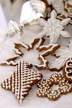 Pierniczki 2009 - dekoracja lukrem | Moje Wypieki Cute Cookies, Cupcake Cookies, Cupcakes, Holiday Cookies, Holiday Desserts, Snowflake Cookies, Christmas Gingerbread, Gingerbread Cookies, Gingerbread Houses