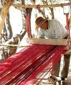 Artesano trabajando en su telar  -  Salta.  -lbk-