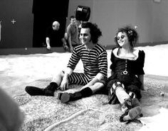 Helena Bonham Carter and Johnny Depp filming 'Sweeney Todd' Estilo Tim Burton, Tim Burton Art, Tim Burton Films, Burton Burton, Helena Carter, Helena Bonham Carter, Sweeney Todd, Jhoni Deep, Tim Burton Johnny Depp