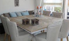 Vierkante tafel met banken en stoelen