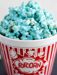 blue popcorn - taking the ordinary and adding fun/funk. popcorn is retro and fun the blue adds an element of surprise / intrigue Frozen Birthday Party, Frozen Party, Birthday Parties, Blue Birthday, Happy Birthday, Marshmallow Popcorn, Popcorn Tub, Microwave Popcorn, Gastronomia