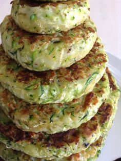 Healthy recipes - 6 recetas veganas que te harán la boca agua Veggie Recipes, Vegetarian Recipes, Cooking Recipes, Healthy Recipes, Zucchini Burger, Zucchini Patties, Healthy Snacks, Healthy Eating, Healthy Carbs