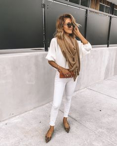 Karina Style Diaries wearing white skinny jeans white sweater camel cashmere oversided scarf leather belt bag leopard print pointy flat shoes all white outfit White Sweater Outfit, All White Outfit, Sweater Outfits, Jean Outfits, Flat Shoes Outfit, Leopard Shoes Outfit, Shoes Heels, Look Fashion, Fashion Outfits