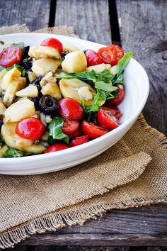{Kartoffelsalat mal anders} Mit Tomaten, Oliven, Kapern und Rauke. Ein ganz schön perfekter Grill-Salat. | Seelenschmeichelei