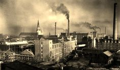 In 1728 werd de eerste textielfabriek in Enschede gesticht, een fabriek waar bombazijn werd geweven. In de daarop volgende twee eeuwen groeide Enschede uit tot één van de grootste textielsteden van West-Europa. Het straatbeeld werd bepaald door tientallen grote fabrieksgebouwen, rokende schoorstenen en duizenden arbeiders, die zich lopend, per fiets, per tram of per bus naar hun werk en na afloop huiswaarts begaven.