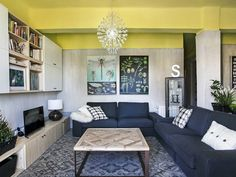 Inspirujące, dynamiczne, zaskakujące - tymi słowami najprościej można opisać mieszkanie projektu hiszpańskiej pracowni Casa Sueca. Mieszkanie składa się z sypialni, dwóch łazienek, dwóch pokoi oraz salonu z kuchnią. Z kuchni mamy dostęp na niewielki balkon, a wyjście na taras mieści się od strony salonu. Jest to przestronne i jasne mieszkanie, projektanci mieli więc duże pole do popisu.