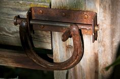 Tranca com ferradura velha. Great use of a Horse Shoe. This is were they should be instead of on the hoof of a horse. Horseshoe Projects, Horseshoe Crafts, Horseshoe Art, Metal Projects, Welding Projects, Metal Crafts, Blacksmith Projects, Western Decor, Rustic Decor