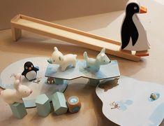 Un premier jeu de société et le fameux pingouin marcheur! Wooden Toys, Car, First Game, Tabletop Games, Toys, Wooden Toy Plans, Wood Toys, Automobile, Woodworking Toys