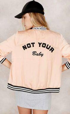 Jaqueta NOT YOUR BABY do Fashion Closet, com ton rosa pastel com detalhes preto e branco nas mangas e na barra