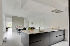 Opdeling af stue og køkken. Højt til loftet, god løsning med emhætte