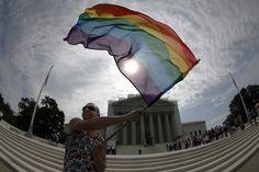 Vin Testa agita una bandera del arcoiris en apoyo al matrimonio gay a las afueras del Tribunal Supremo de California, mismo que no ha dado información sobre la decisión final. Foto: Reuters