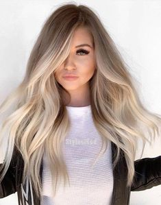 Stunning ideas of balayage hair colors and highlights for long hair to wear in Balayage is one of those colors which are suitable with various hair lengths and hair textures. So choose here these shades of balayage colors to polish your personality. Hair Color Balayage, Haircolor, Dark Roots Blonde Hair Balayage, Bayalage, Blonde Hair For Brunettes, Winter Blonde Hair, Blonde Tips, Blonde Hair For Pale Skin, Blonde Highlights On Dark Hair All Over