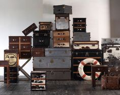 I love old suitcases and trunks Old Trunks, Vintage Trunks, Trunks And Chests, Antique Trunks, Vintage Suitcases, Vintage Luggage, Furniture Styles, Home Decor Furniture, Steamer Trunk