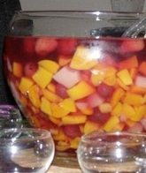 Vruchtenbowl, standaard op het grotere feestje. En dan gemaakt van ingeblikt fruit