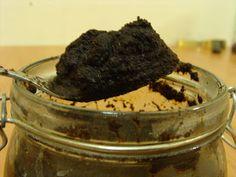 Peeling kawowy anty cellulitowy   Przepis: - kawa mielona (2 łyżki) - cukier biały (1 łyżka) - cynamon \ imbir (2 łyżeczki) - ulubiony żel do mycia ciała -wrzątek ( 1 łyżka) - pojemniczek