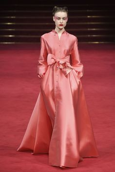 Alexis Mabille Spring 2018 Couture Fashion Show - Delicate color. Could do with something better than that waist detail. Alexis Mabille Spring 2018 Co - Coral Fashion, Modest Fashion, Fashion Dresses, Spring Couture, Haute Couture Fashion, Fashion Show Collection, Couture Collection, Alexis Mabille, Vetement Fashion