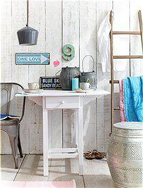 Klapptisch mit 1 Schublade Ob in der Küche, Arbeitszimmer oder auf dem Flur - Platz findet man für diesen Tisch mit abgeklappten Seiten immer. Der Tisch hat eine Schublade und wird zerlegt geliefert. Bestellen können Sie den Tisch aus Kiefernholz unbehandelt, gewachst oder weiß lasiert.