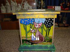 Lámpara de cristal con molduras de madera decoradas con acrílicos y esmaltes.