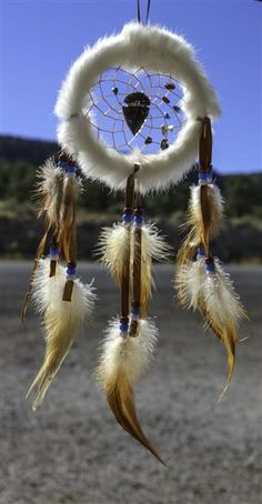 Having bad dreams lately? Do away with them, with a simple dream catcher. Let CraftCue show you how to make your own dream catcher. Moon Dreamcatcher, Dreamcatchers, Native American Projects, Native American Legends, Dream Catcher Native American, Deco Boheme, Bad Dreams, Native American Beadwork, Beautiful Dream