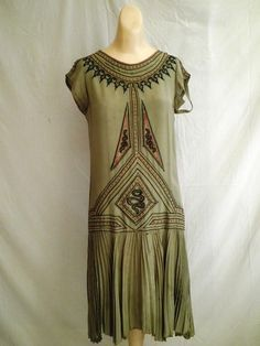 silk dress with art deco embroidery 20s Fashion, Fashion History, Art Deco Fashion, Vintage Fashion, Edwardian Fashion, Gothic Fashion, Vintage Style, Vintage Dresses, Vintage Outfits