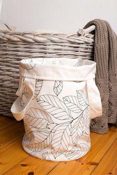 Ich will schon seit Ewigkeiten einen Wäschesack nähen. Ich habe nämlich die wahnwitzige Vorstellung, dass mit dem Vorhandensein eines solchen Beutels sich das Chaos im Schlafzimmer automatisch in Luft auflösen wird. Stellt euch das mal vor: keine dreckigen Socken mehr auf dem Fußboden. Verrückt! Außerdem wollte ich mal einen Beutel mit rundem Boden und ganz breiten Trägern ausprobieren. Irgendeine Entschuldigung findet sich ja doch immer. ;) Material: fester Baumwollstoff für innen und außen…