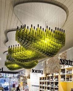 """Essa decoração com garrafas de vinho ficou fantástica!! Um excelente trabalho de design/arquitetura chamado """"cloud of bottles"""" ou nuvem de garrafa em português! Excelente ideia 😉👏🍷 #vinho #vin #vino #vinhos #wine #wines #degustação #arquitetura #garrafa #vinhotinto #instavinho #instawine #projetovinhobrasil #amovinho #espumante #dica  #champa #espumante #vinhobranco #winetasting #design #winelover #winery #vinhobrasil #vinhoseco  #vinhobrasileiro #campanhagaucha #vinhonacional…"""