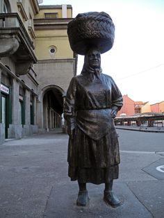 kuma Barica na Dolcu  ..... TRŽNICA  .... PIJACA   .... ZAGREB CENTAR GRADA ..... u blizini glavnog trga Josipa Jelačića bana ....ZG 10000  .... Hrvatska